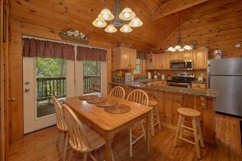 Spacious 2 Bedroom Cabin Sleeps 6 - Lil Country Cabin