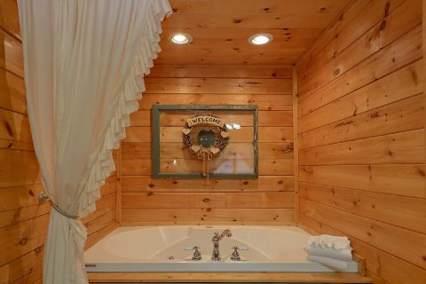 Jacuzzi Tub Master Bedroom Main Floor - Lil Country Cabin