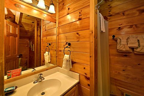 Cabin with Shower in Bathroom - Little Cove Hideaway