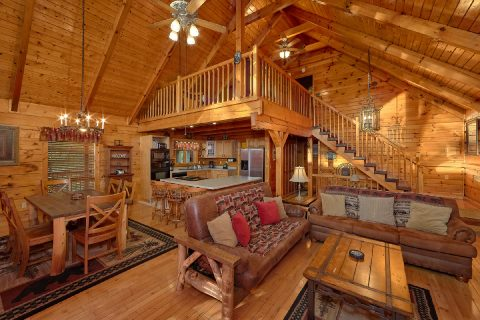 Spacious 3 Bedroom Cabin Sleeps 10 - Livin' Lodge