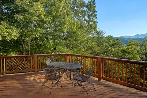 Spacious Deck 3 Bedroom Cabin - Livin' Lodge