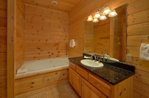 Master Suite Bath Room Cabin Sleeps 22 - Lookout Lodge