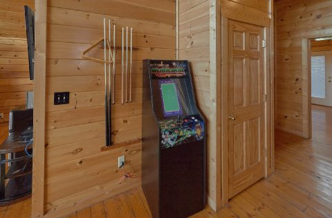 6 BEdroom with Arcade adn Pool Table - Lookout Lodge