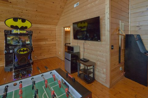 Arcade Foos Ball and Pool Table Game Room - Lookout Lodge