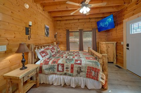 King Bedroom with Flatscreen TV Sleeps 6 - Lovers Paradise