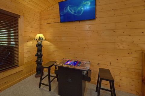 Pigeon Forge 2 Bedroom Cabin with Arcade - Lovers Paradise