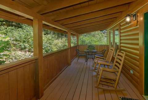 Smoky Mountain 2 Bedroom Cabin Sleeps 6 - Lovers Paradise