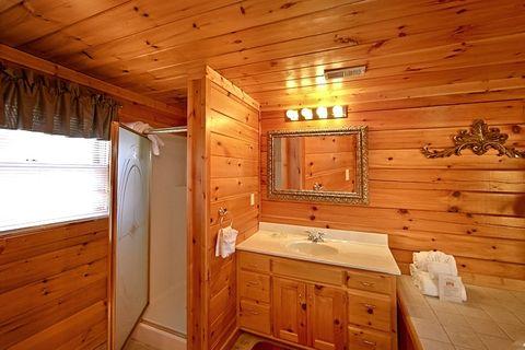 Premium 2 Bedroom Cabin with a Walk-in Shower - Lucky Break