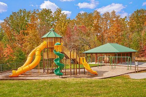 Cabin with large playground and picnic area - Lucky Break