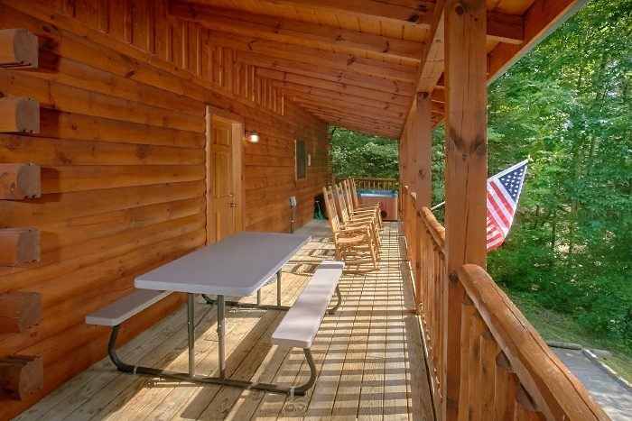 3 Bedroom Cabin with Picnic Table and Chairs - Lucky Logs Lodge