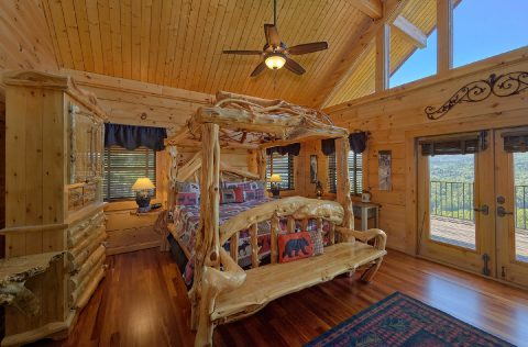 Master bedroom with King bed in 5 bedroom cabin - Majestic Peace