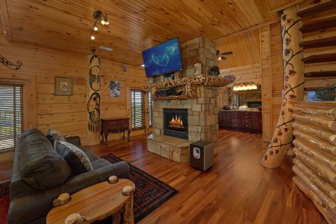 5 bedroom cabin with fireplace in Master Bedroom - Majestic Peace