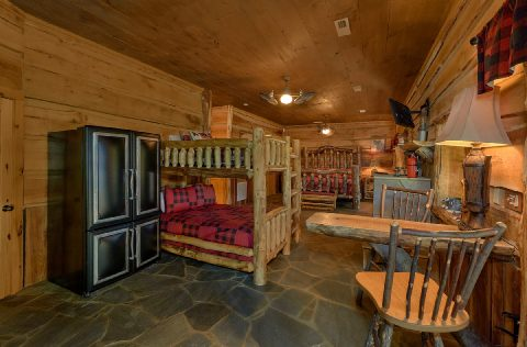 Cabin with bunk beds, a King bed and kitchenette - Majestic Peace