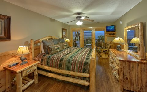 Spacious King Suite with View in 5 bedroom cabin - Majestic Point Lodge