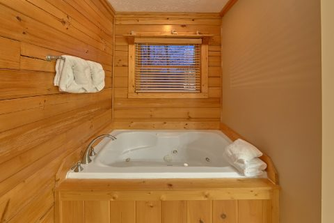 Master suite with Private Jacuzzi and Bathroom - Majestic Point Lodge