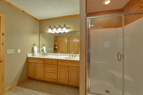 Private Master Bathroom in 5 bedroom cabin - Majestic Point Lodge