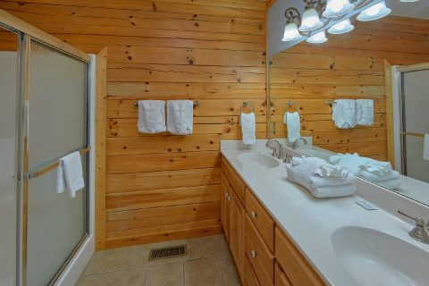 Luxury Cabin with King beds and private bathroom - Majestic Point Lodge