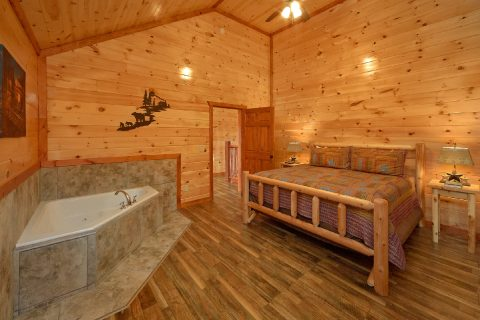 King Bedroom with Jacuzzi Close to Pigeon Forge - Majestic Splash