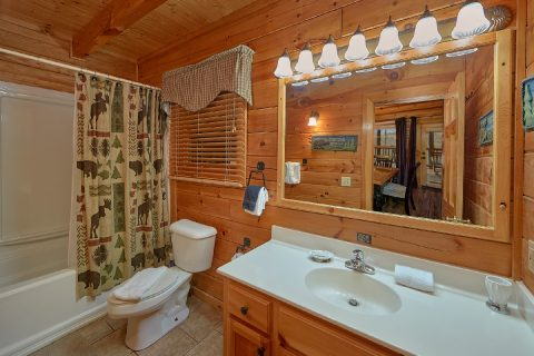 Main Level Full Bathroom Sleeps 12 - Major Oaks