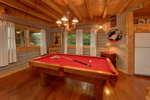 Spacious 1 Bedroom Cabin with Pool Table - Merry Weather