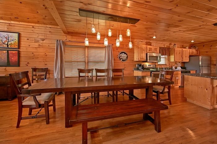 5 bedroom cabin with large dining area - Moonshine Manor