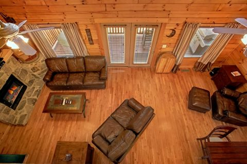 5 bedroom cabin with large TV and sitting area - Moonshine Manor