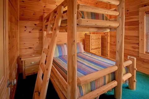 Cabin with 2 sets of Queen bunk beds - Moonshine Manor