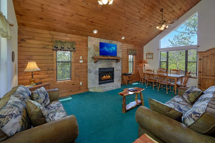 Rustic 2 Bedroom Cabin with Fireplace and WIFI - Mountain Breeze