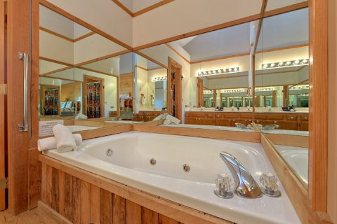 4 Bedroom Smoky Mountain Cabin with a Jacuzzi - Mountain Destiny