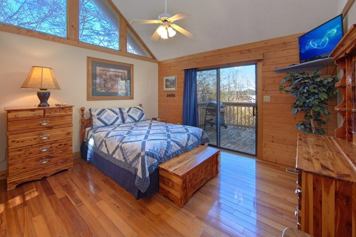 Cabin with 2 Private Queen Master Bedrooms - Mountain Fever