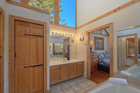 Private Bathroom in 4 Bedroom Cabin with Jacuzzi - Mountain Fever