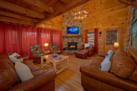 Living Room with fireplace in 5 bedroom cabin - Mountain Time