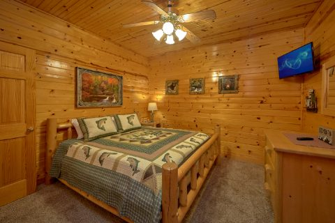 Spacious King Bedroom with TV in 5 bedroom cabin - Mountain Time