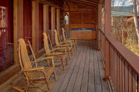 5 Bedroom cabin with covered porch and a hot tub - Mountain Time