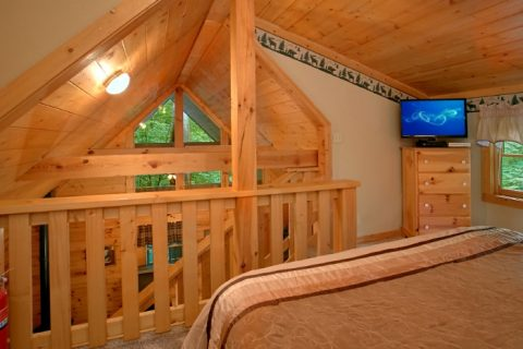 Honeymoon Cabin with Loft King Bedroom - Mtn Dreams