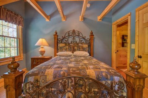 Comfortable 5 Bedroom Cabin Sleeps 20 - Mystic Ridge