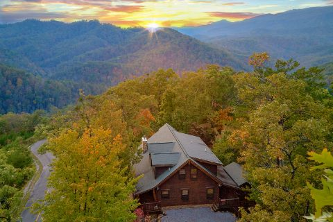 Spectacular 5 Bedroom Cabin Sleeps 20 with View - Mystic Ridge
