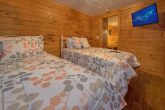 Twin Bedroom with Flatscreen TV and WiFi