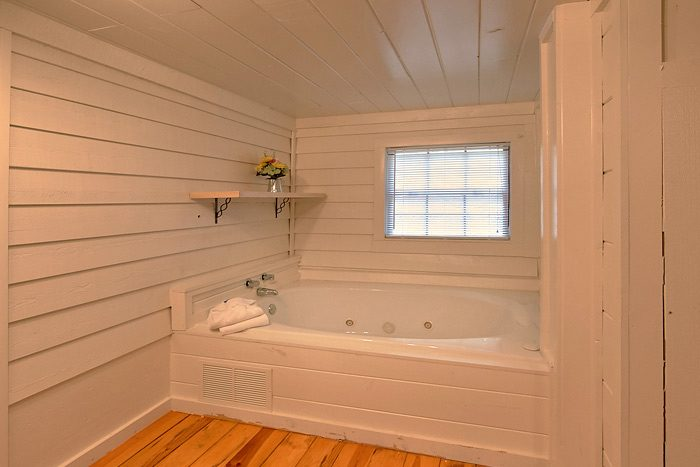 Cabin with Jacuzzi Tub in Master Bedroom - On the Creek