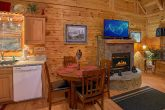 1 Bedroom Cabin with a Dining Room Table