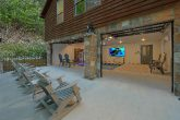 Large Out Door Space 6 Bedroom Cabin