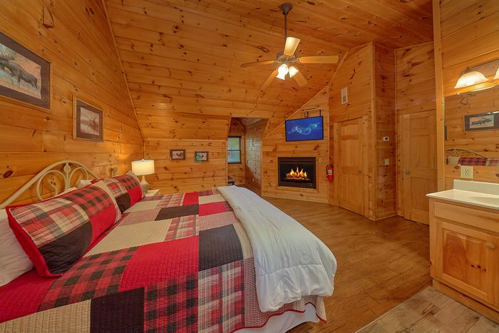 Cabin with Master Bedroom with King Bed - Paws A While