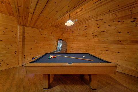 Cabin with Pool Table - Paws A While