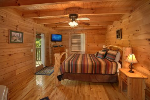 Honeymoon Cabin with Spacious King Suite - Peek A View