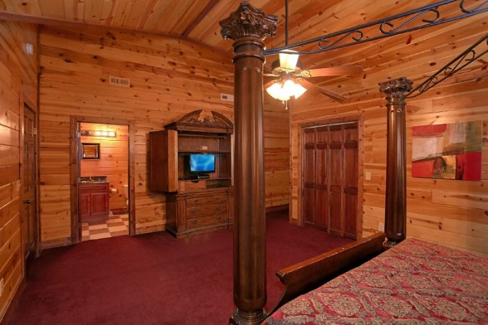 Spacious 6 Bedroom cabin with 5 King Bedrooms - Pool and a View Lodge