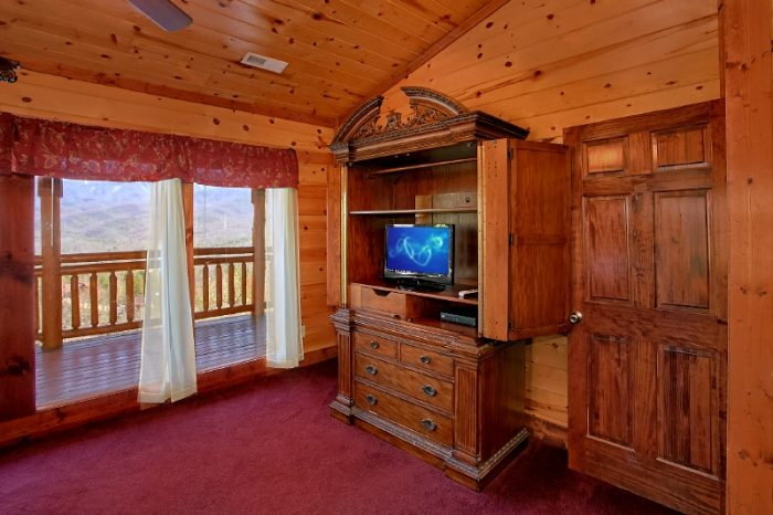 Spacious 6 Bedroom Cabin with Tvs in all Rooms - Pool and a View Lodge