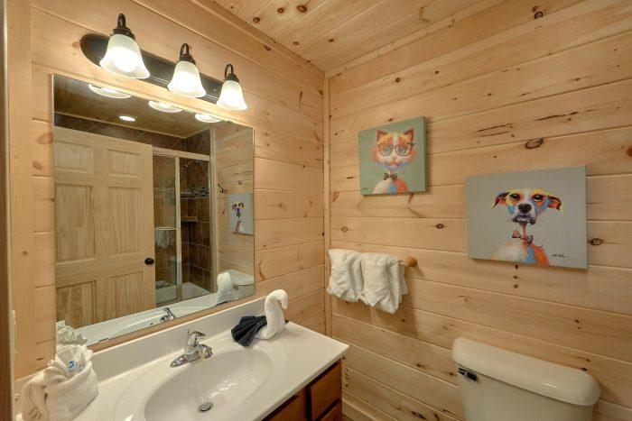 Main Floor Master Bath 2 Bedroom Cabin - Pool N Around