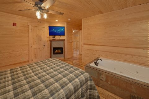 Queen bedroom with Jacuzzi Tub and Fireplace - Poolside Lodge