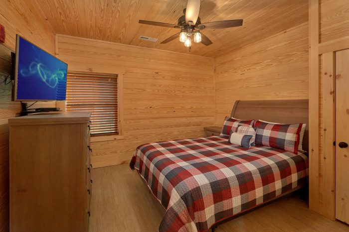 Private Queen bedroom with Bath and TV in cabin - Poolside Lodge