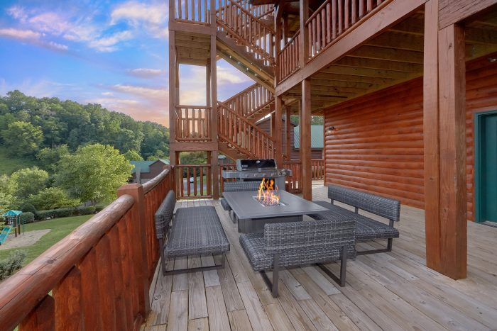 7 Bedroom cabin with FIre Pit and Gas Grill - Poolside Lodge